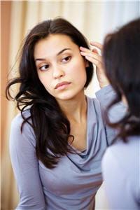 en moyenne, les premiers cheveux blancs font leur apparition à l'âge de 34 ans.