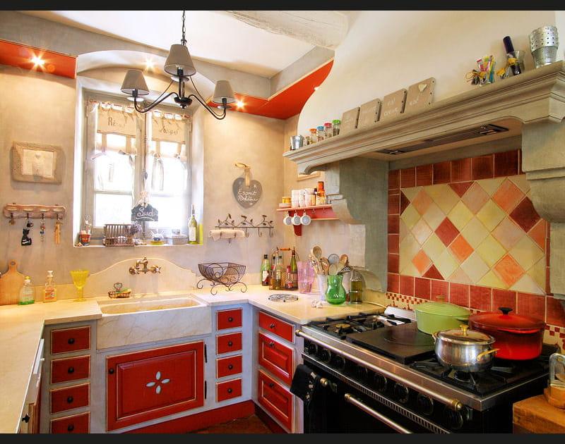 Une cuisine rouge provençale