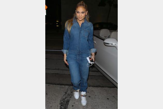 Jennifer Lopez en combinaison en jean