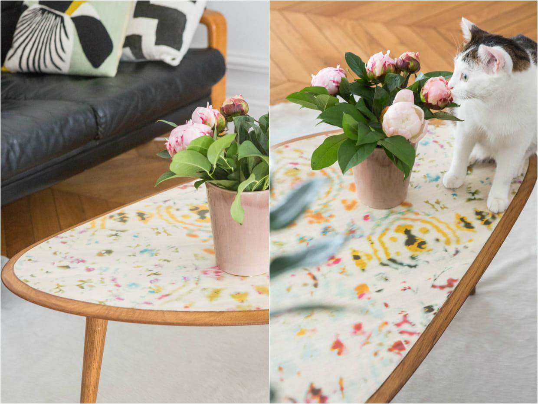 une table basse m tamorphos e avec du papier peint. Black Bedroom Furniture Sets. Home Design Ideas