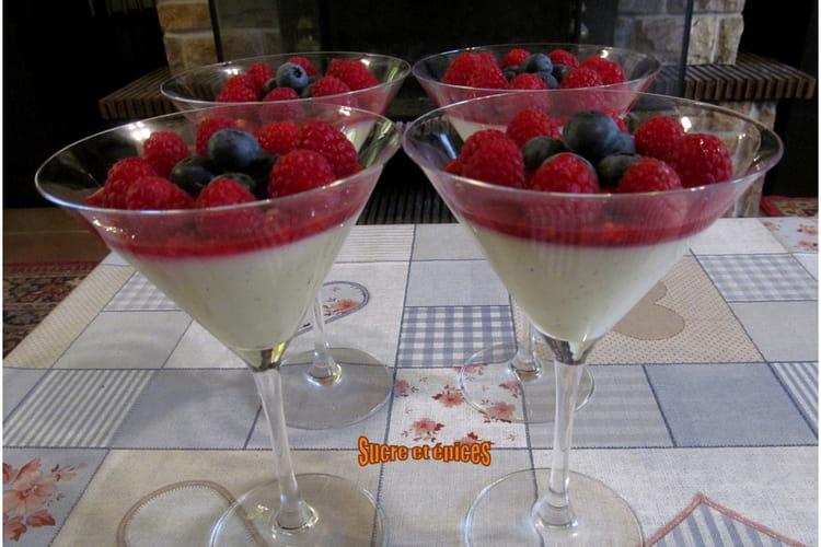 Panna cotta aux fruits rouges et chocolat blanc