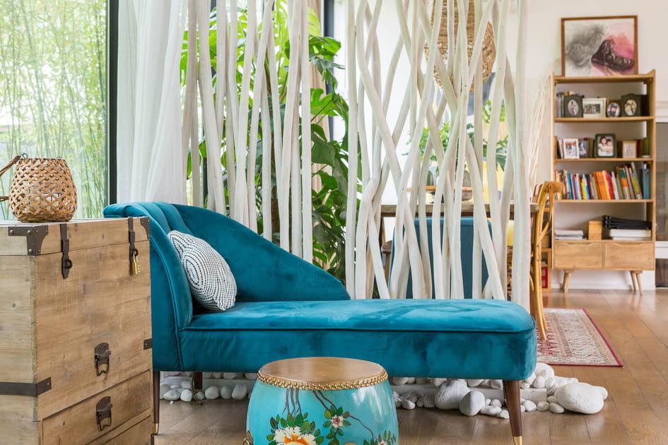 Une banquette en velours turquoise pour cocooner