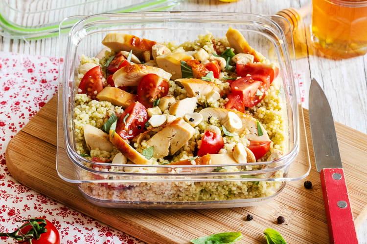 Salade de semoule, poulet, légumes et pesto