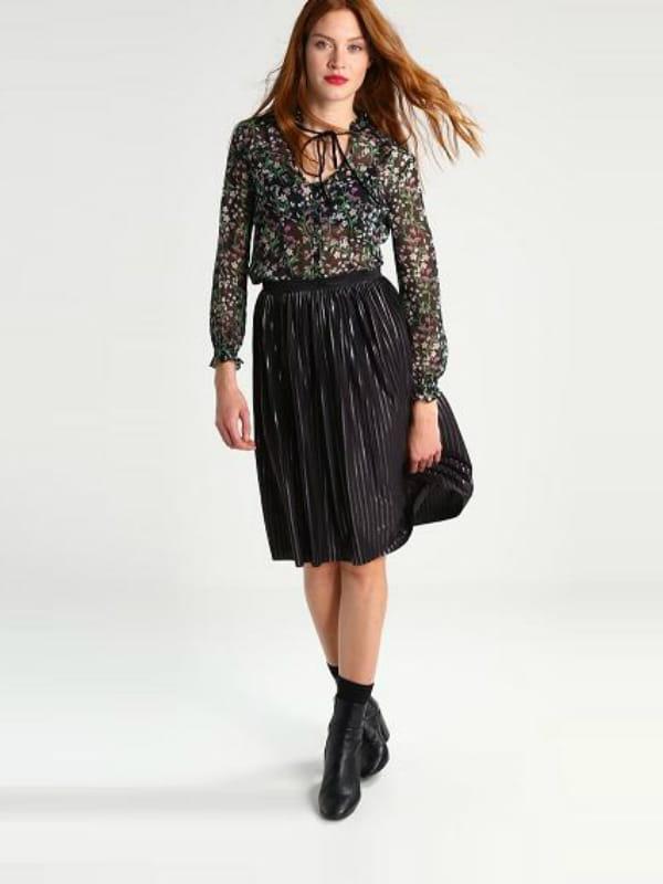 chemisier floral de lipsy jupe pliss e de essentiel et bottines noires de topshop chez zalando. Black Bedroom Furniture Sets. Home Design Ideas