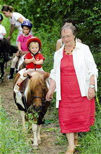 balade en pleine nature des bébés cavaliers en compagnie de josette rabouan.