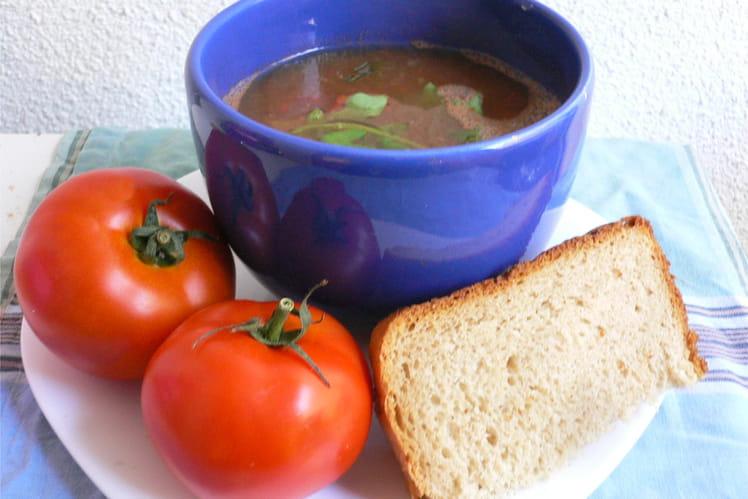 Soupe pimentée aux tomates et à la roquette