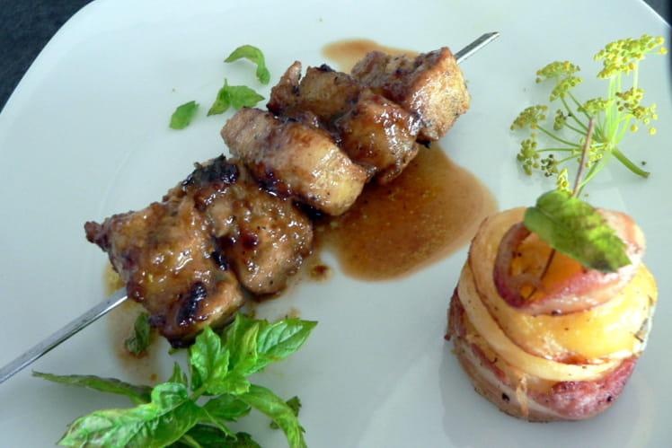 Brochettes de porc à l'aigre doux, pommes de terre au lard