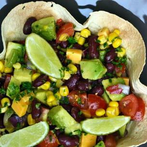 salade de haricots rouges, avocat, maïs et cheddar au citron vert et huile