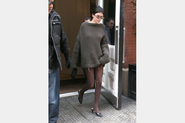 Kendall Jenner en pull oversize kaki et chaussures à talon kitten heel