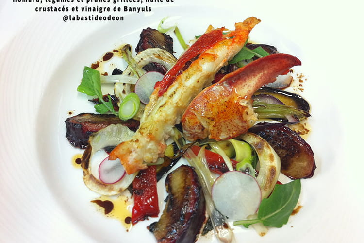 Homard, légumes et prunes grillées