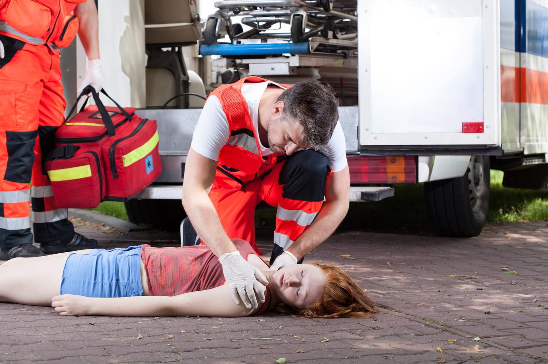 Crise cardiaque (infarctus): symptômes, femme, jeune, que faire?