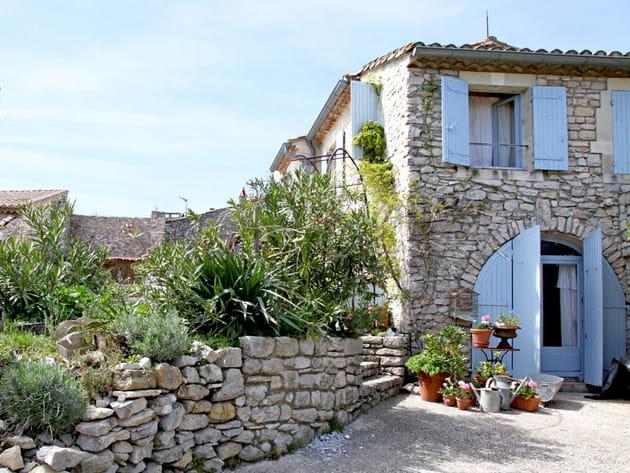Une maison aux volets bleus
