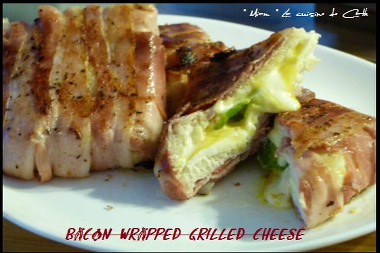 Sandwich inversé au bacon, fromage, tomate et basilic