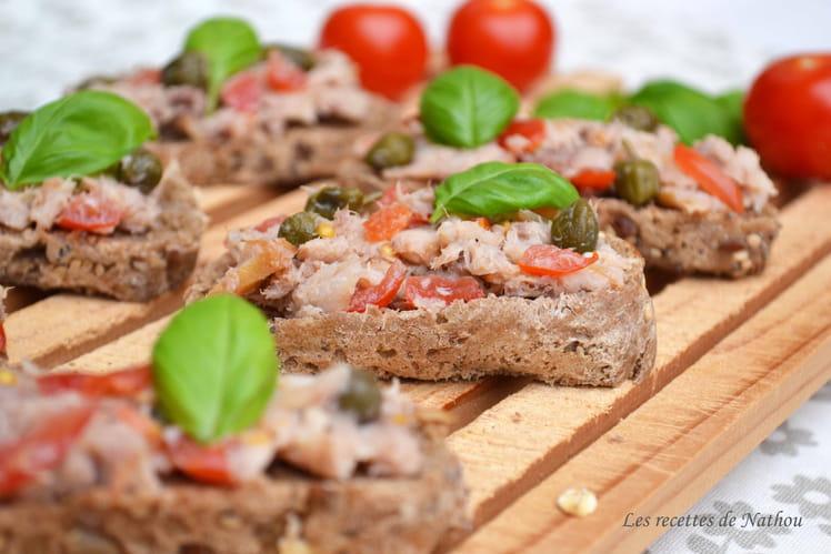 Tartines aux rillettes de maquereau fumé, tomates et câpres