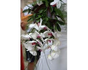 un bouquet composé d'orchidées.