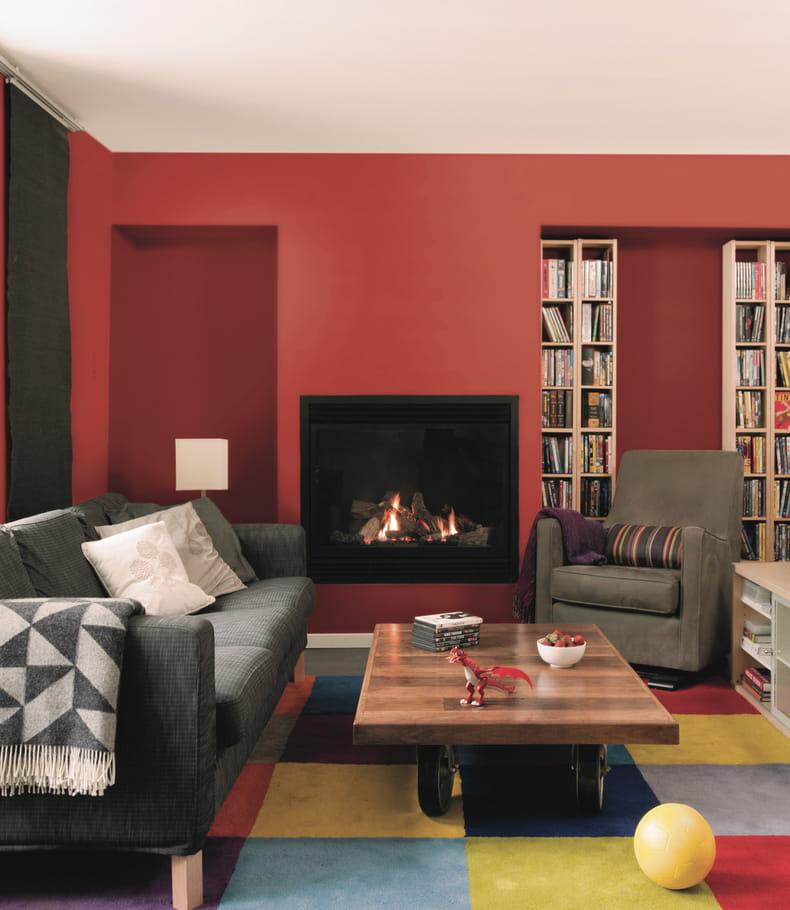 Un salon rouge chaleureux des couleurs chaudes sur les for Peinture rouge salon
