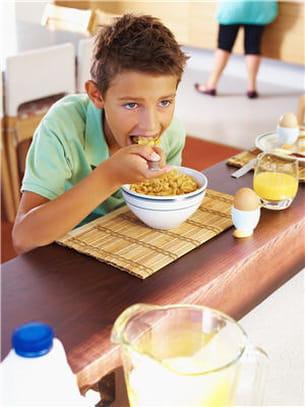 choisissez des aliments que l'enfant aime pour rendre le petit déjeuner plus