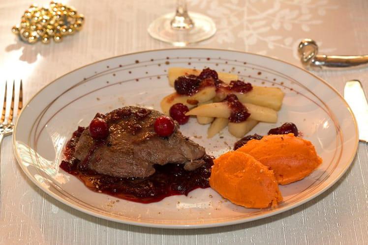 Pavés d'autruche, purée de potimarron, panais glacés, sauce aux canneberges