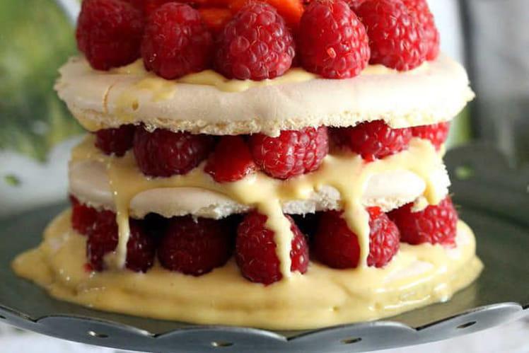 Gâteau meringué aux fraises et framboises fraîches