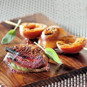 canard grillé au parfum de sauge et brochettes d'abricots