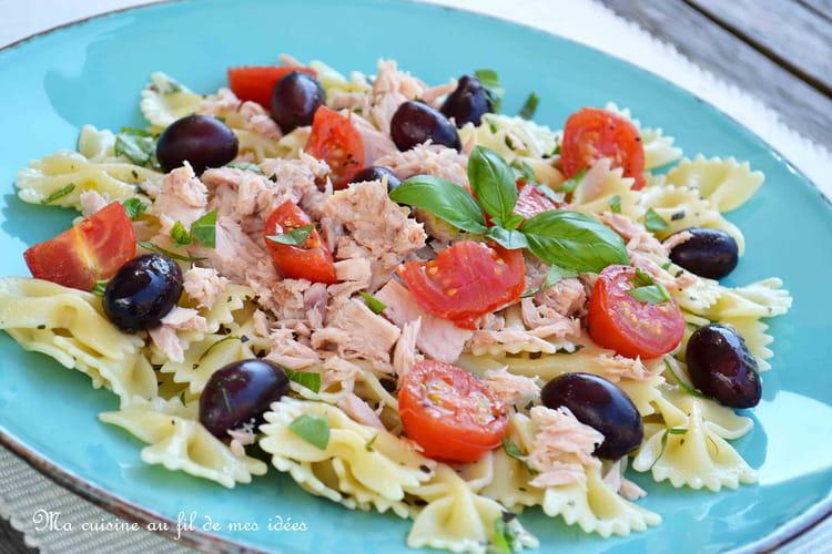 Salade de pâtes farfalle au thon, olives, tomates cerise et basilic