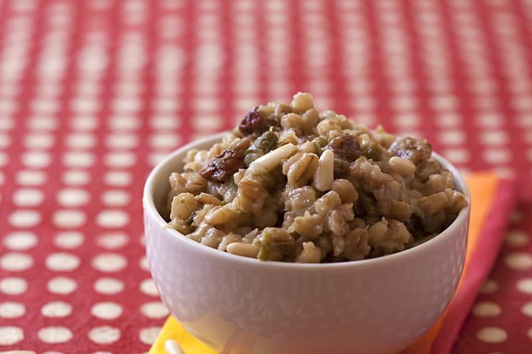 Mijoté d'orge aux courgettes, pignons et raisins secs