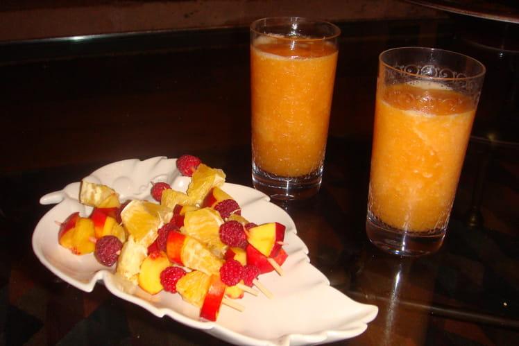 Soupe glacée de melon et brochettes de fruits