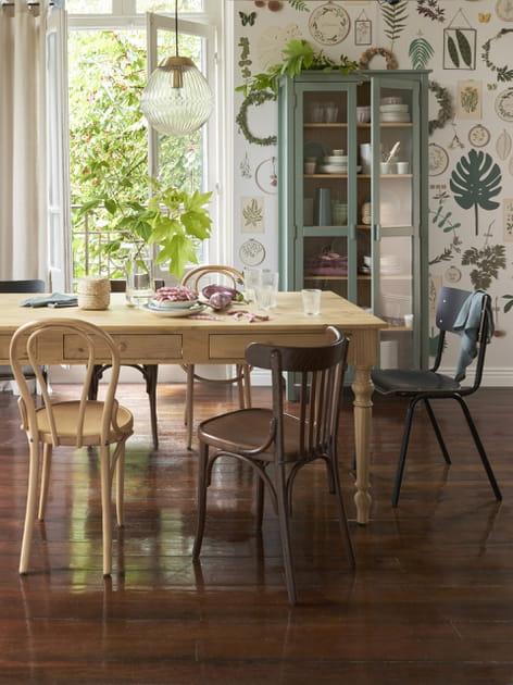 Des chaises en bois