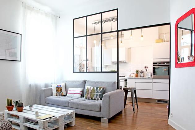 Un salon avec verrière