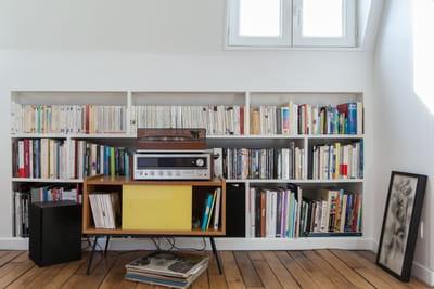 une bibliothèque dans un appartement