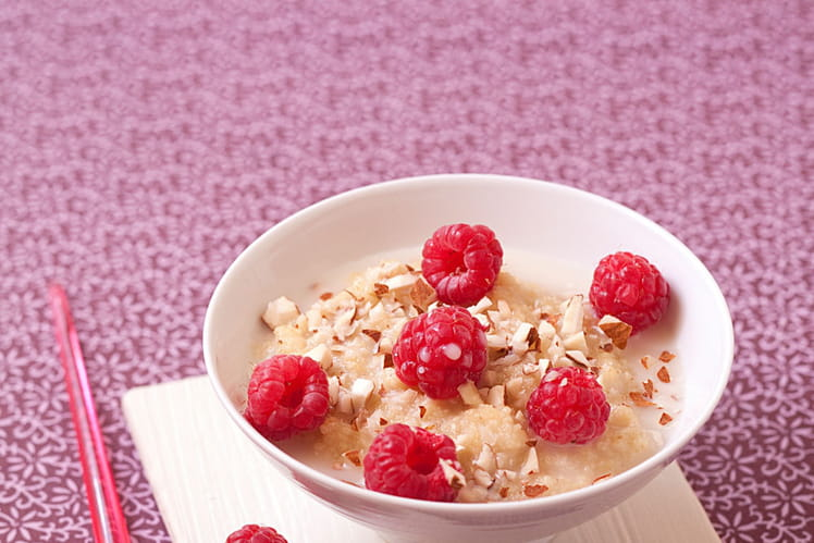 Porridge aux flocons de millet, amandes et framboises