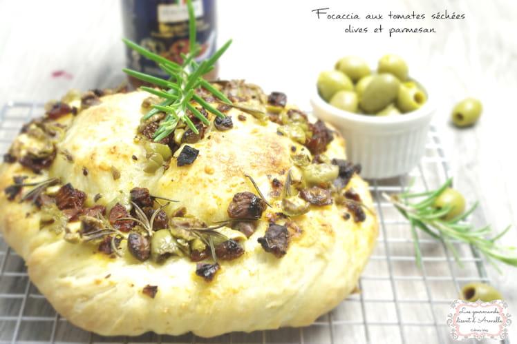Focaccia aux tomates séchées, olives et parmesan