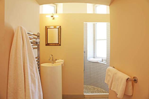Une salle de bains en contraste