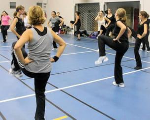 dans un cours de gym suédoise, la monitrice, ici à gauche de l'image, est
