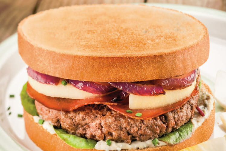 Toast burger sucré-salé aux poires, bacon, crème de roquefort