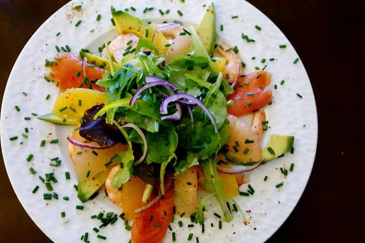 Salade aux agrumes, avocat, crevettes et truite fumée