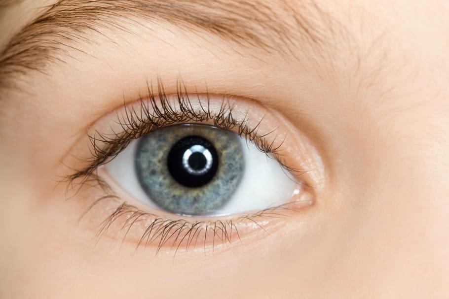 Mélanome uvéal (oculaire): cause, symptômes, opération et pronostic