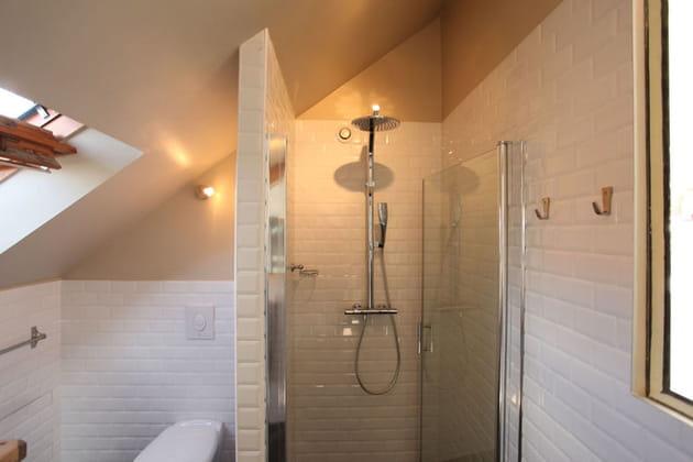 Carrelage immaculé dans la salle d'eau