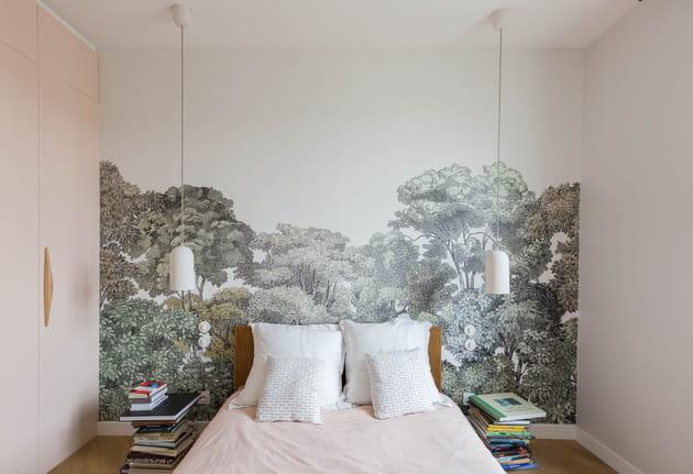 Poserdes lés de papier à motifs en guise de tête de lit