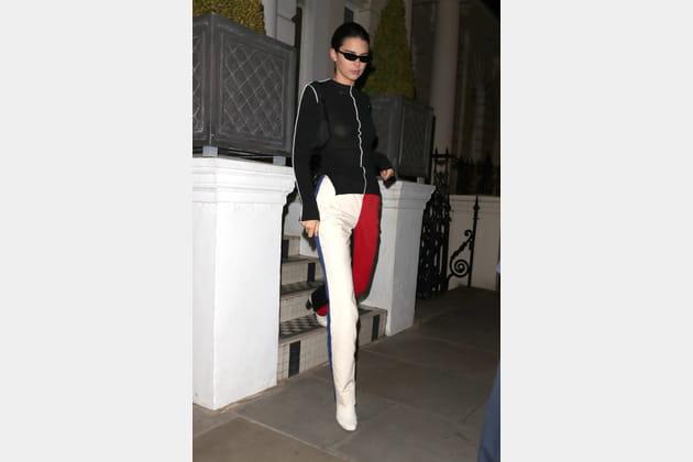 Kendall Jenner en pantalon color block