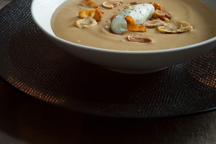 Velouté aux châtaignes et ses chips, mousseline de Roquefort