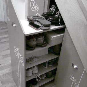 rangements pour chaussures encastrés sous l'escalier