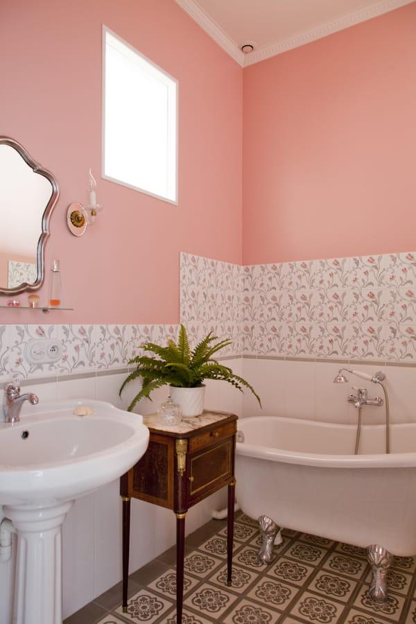 papier-peint-rose-bonbon-salle-de-bains