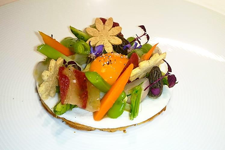 Oeuf au plat en tartelettes, légumes de printemps et émulsion lard