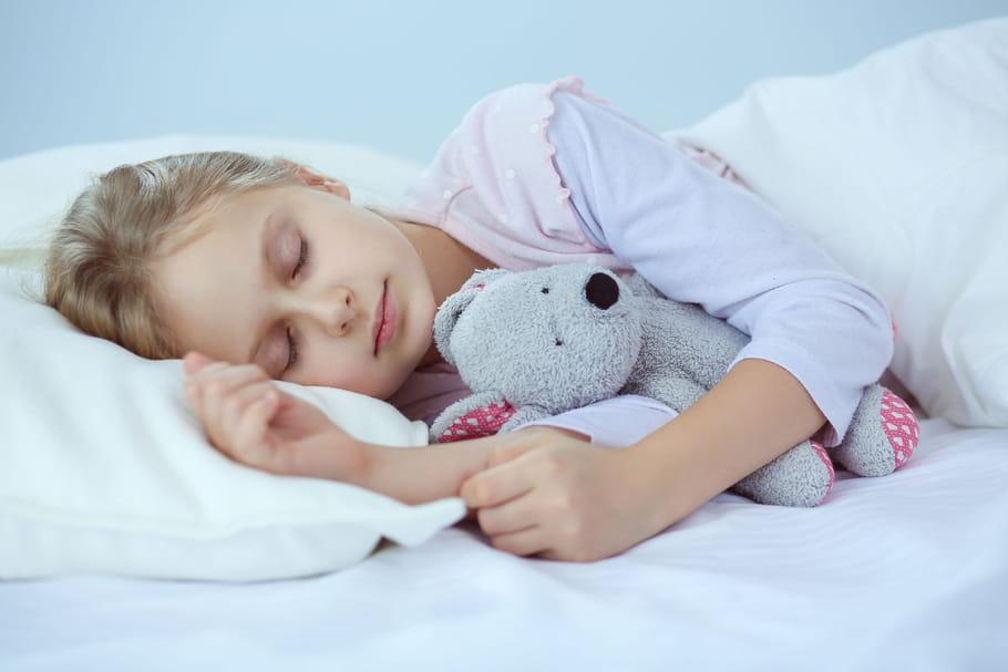 Mon enfant fait pipi au lit, quand s'inquiéter?