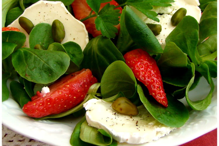 Salade de mâche au chèvre, aux fraises et pistaches