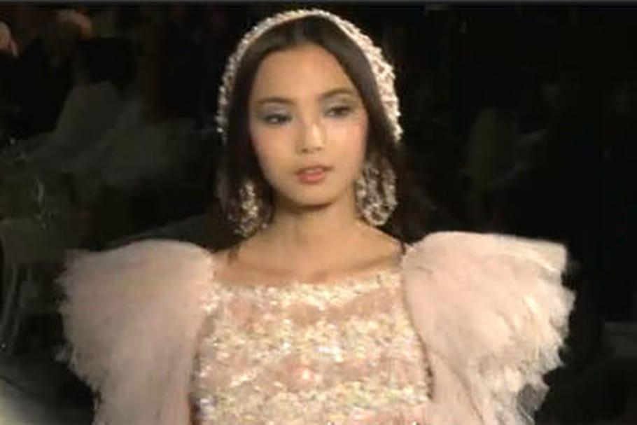 Haute couture automne-hiver 2012-2013 : les défilés jouent des épaules