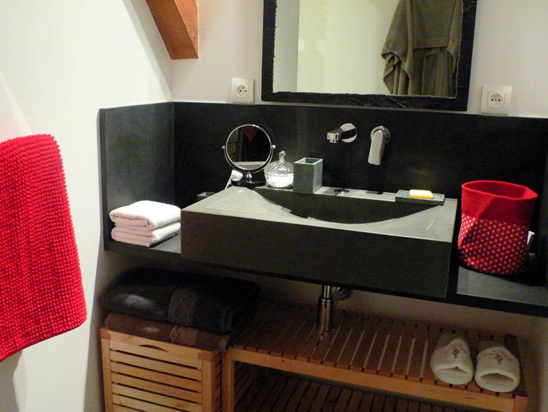 Salle de bains en rouge et noir - Salle de bain rouge et noir ...