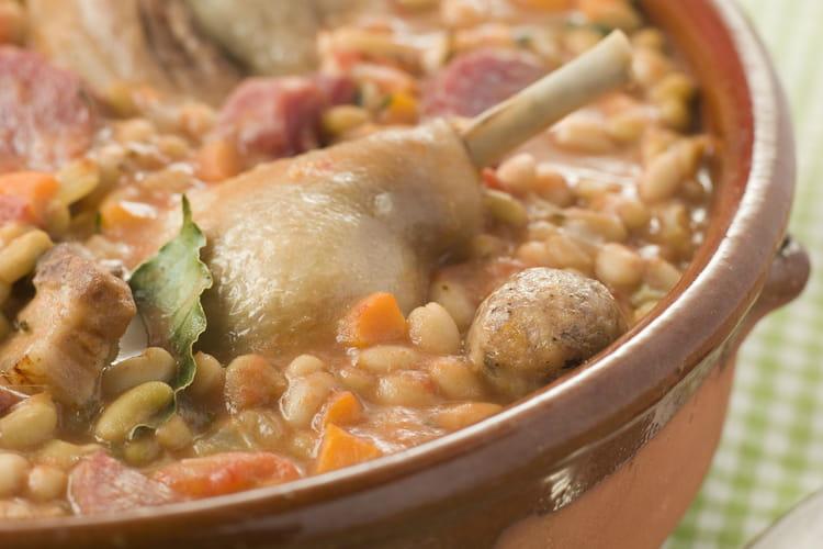 Cassoulet au porc, chipolatas et saucisson à l'ail