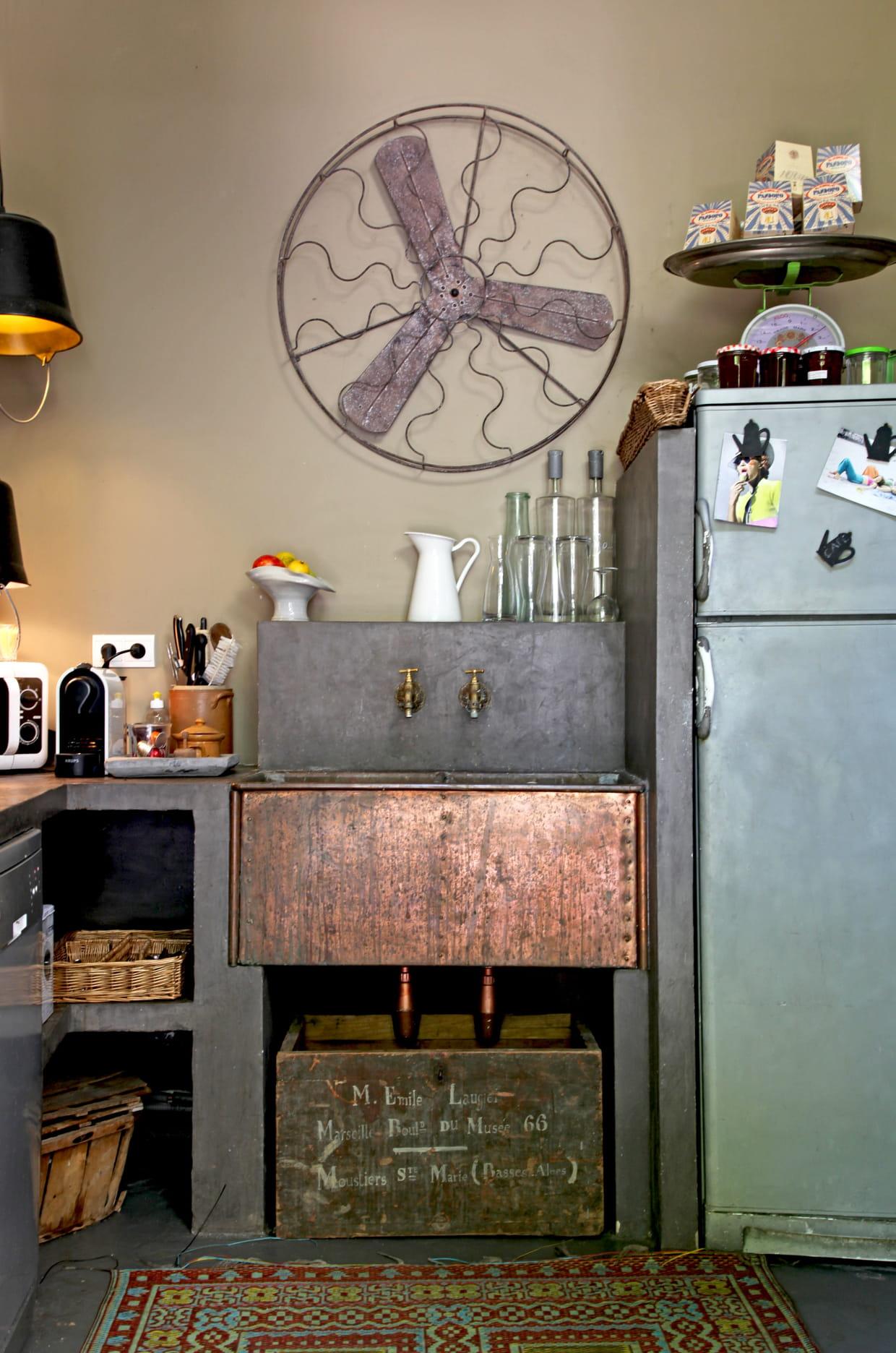 cuisine r tro avec abreuvoir en cuivre. Black Bedroom Furniture Sets. Home Design Ideas